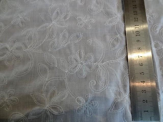 Coton blanc fin brode de fleurs 2