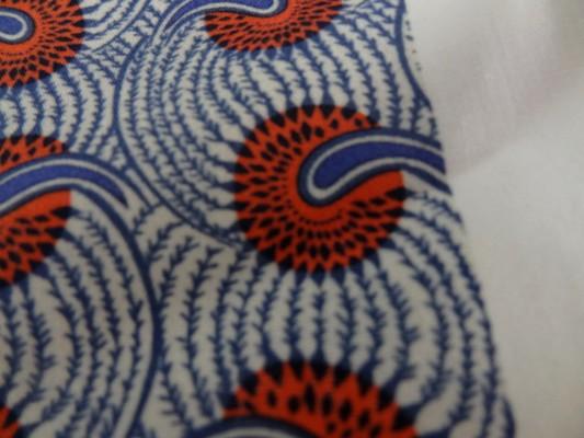 Cotonnade fond blanc motif africain rouge et bleu 03