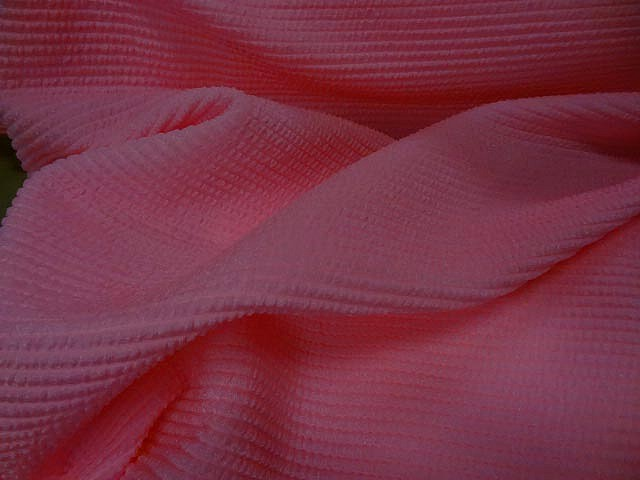 Lycra rose chaud rayures cloquees 1