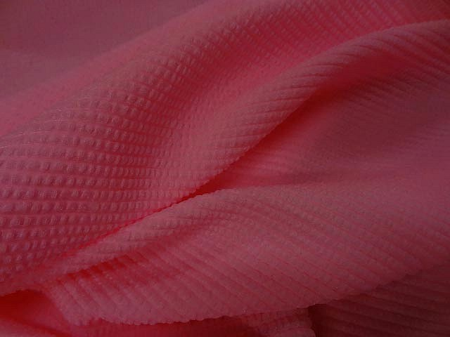 Lycra rose chaud rayures cloquees 3