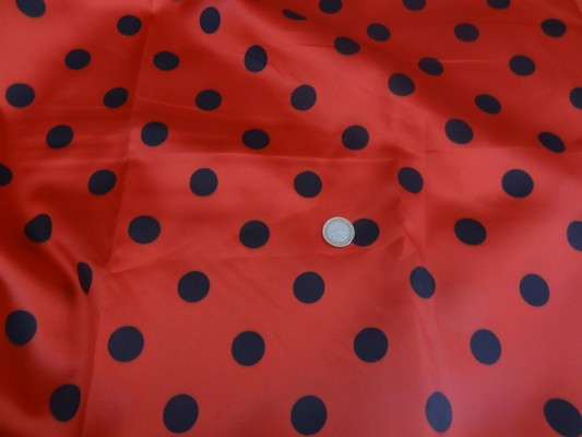 Satin polyester rouge pois noirs 01