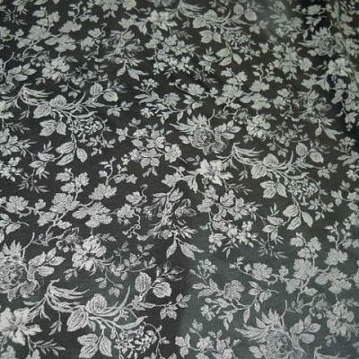 Satin viscose noir motif dentelle de fleurs sable 1