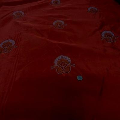 Taffetas rouge profond brode medaillons 2