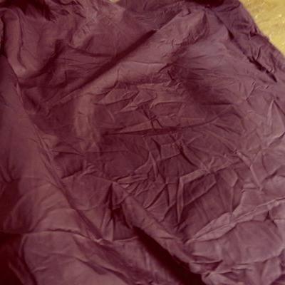 Tissu type parachute satiné prune froissé 01