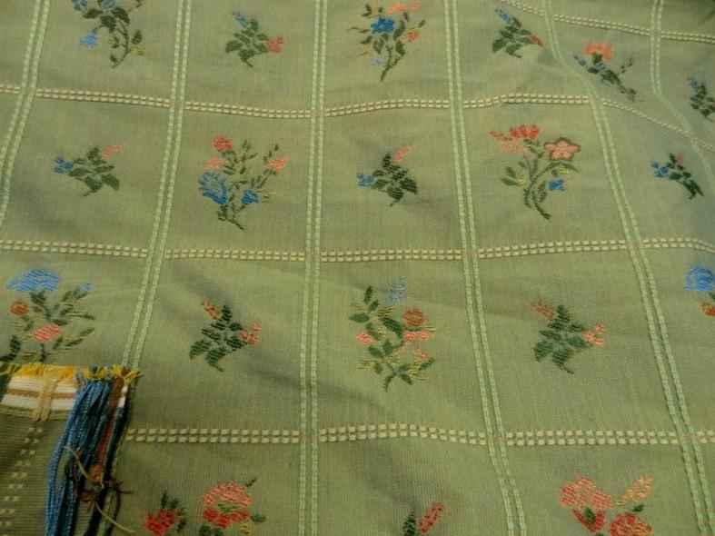 Ameublement tapissier tilleul brode carres fleuris 2