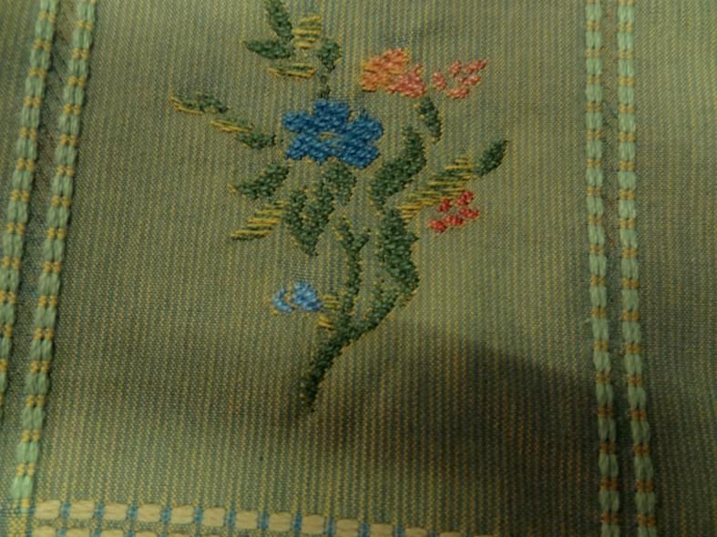 Ameublement tapissier tilleul brode carres fleuris 3