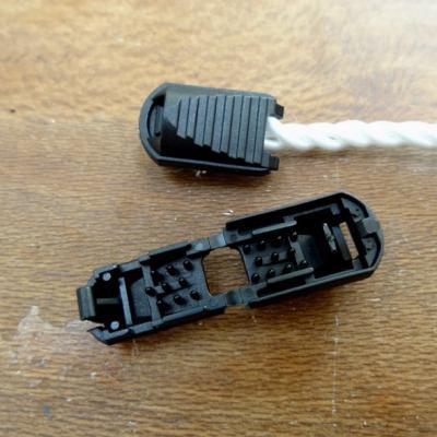 Arret de cordon en plastique noir 1
