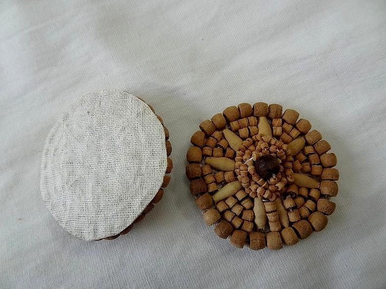 Badge ou broche a coudre bois exotique 1