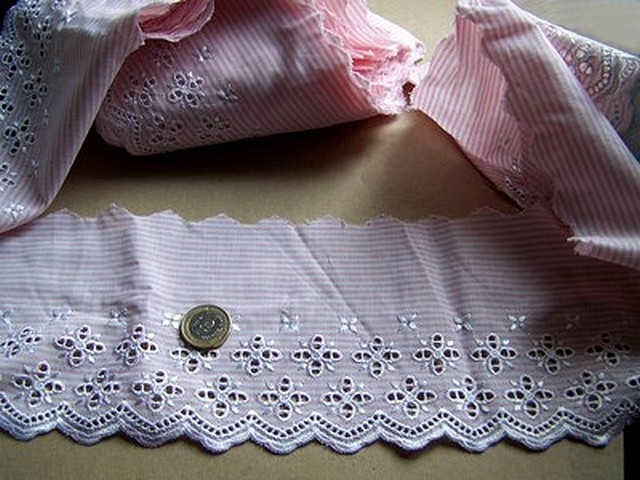 Bordure ingenue coton fines rayures blanc rose broderie anglaise 1