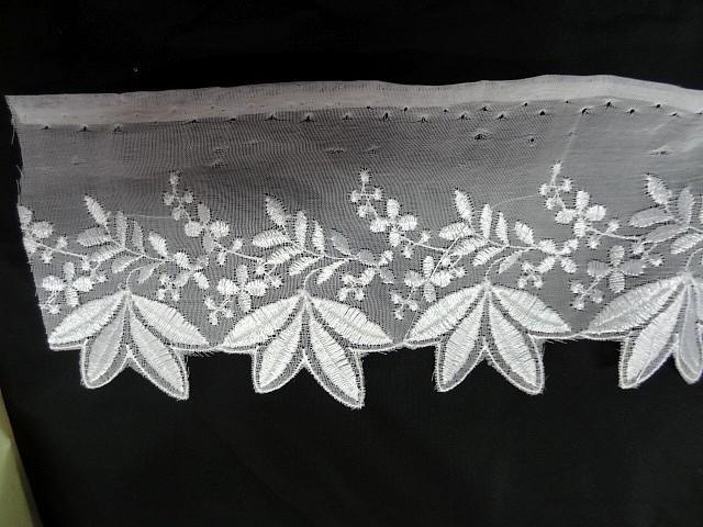 Bordure mousseline brodee 4 feuilles blanche 1