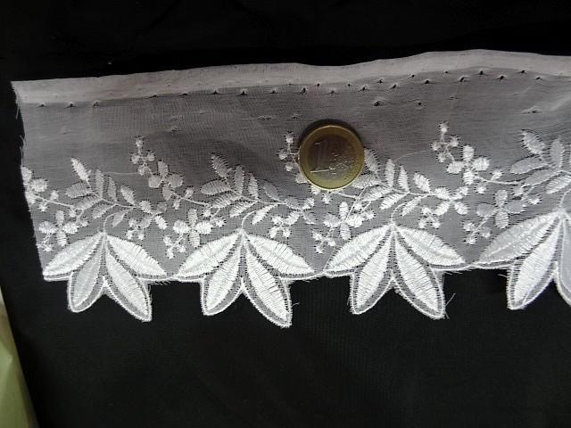Bordure mousseline brodee 4 feuilles blanche 2