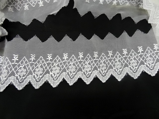 Bordure mousseline brodee cretes blanche 1