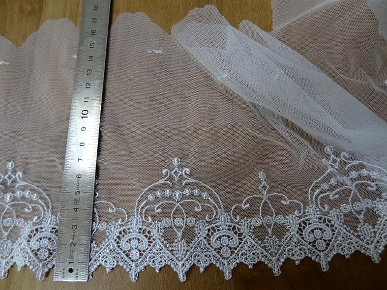 Bordure resille blanche brodee couronnes 1