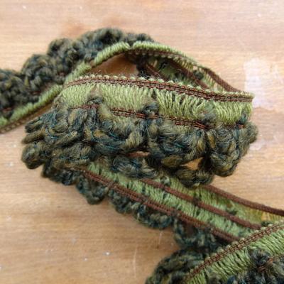 Boucles de laine chinee kaki et vert chrome sur elastique 1