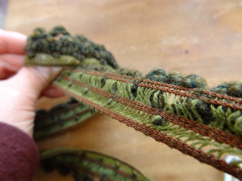 Boucles de laine chinee kaki et vert chrome sur elastique 3 1