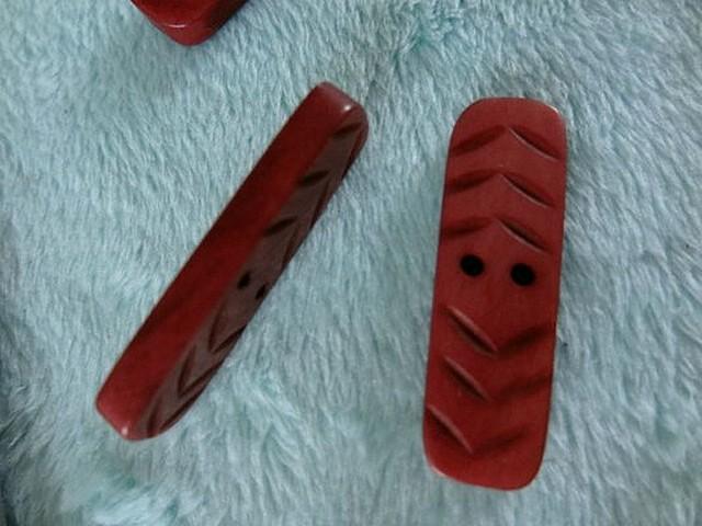 Bouton 2 trous buchette rouge tomette 01 3