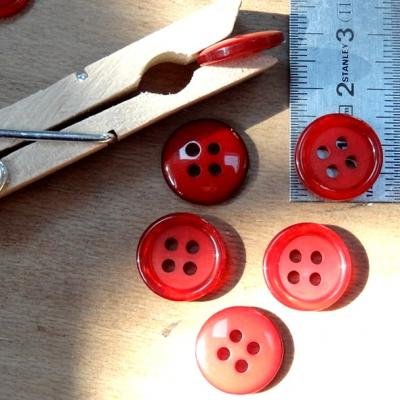 Bouton 4 trous rouge cardinal bordure nacree 15 mm