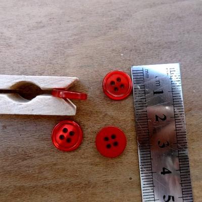Bouton rouge cardinal nacre bord bourrelet 12 mm
