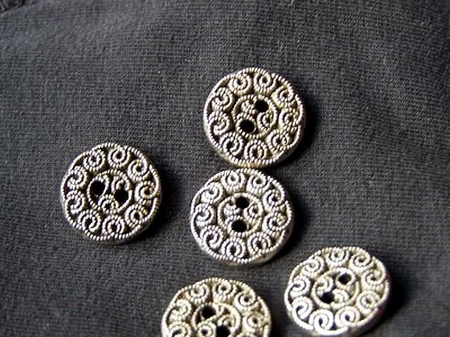 Bouton vieil argent motif fleur 3