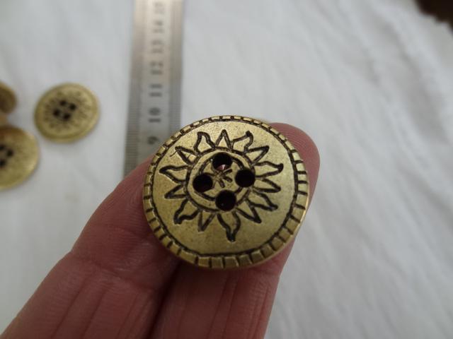 Bouton vieil or motif soleil 22 mm 3