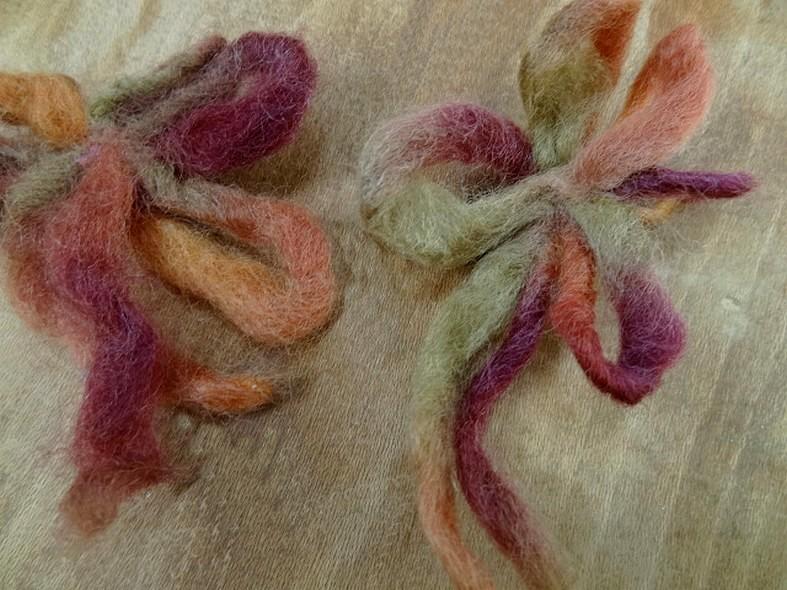 Broche fleur en laine cardee 1