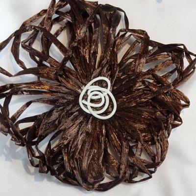 Broche fleur raphia marron 2