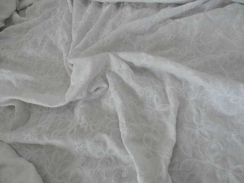 Coton blanc brode de coutures florales 1