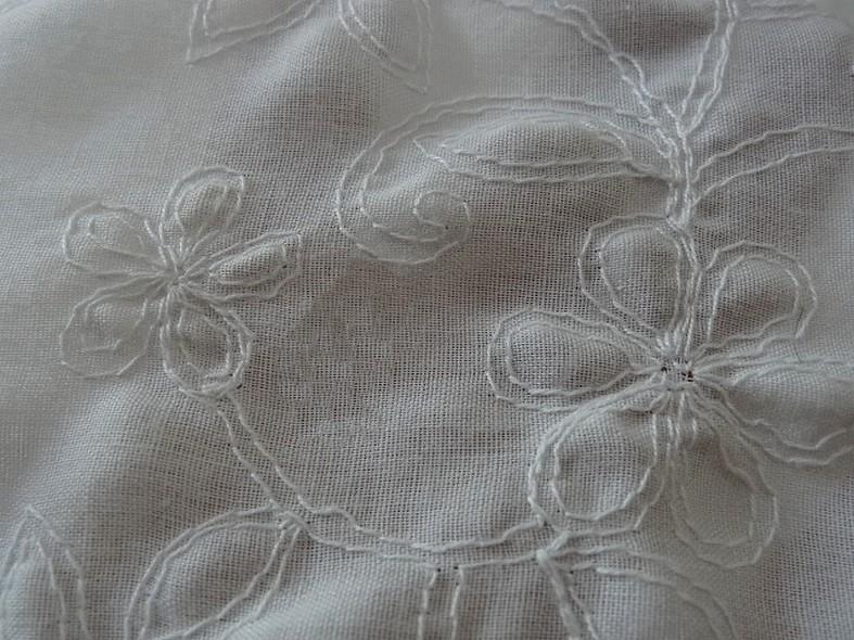 Coton blanc brode de coutures florales 6