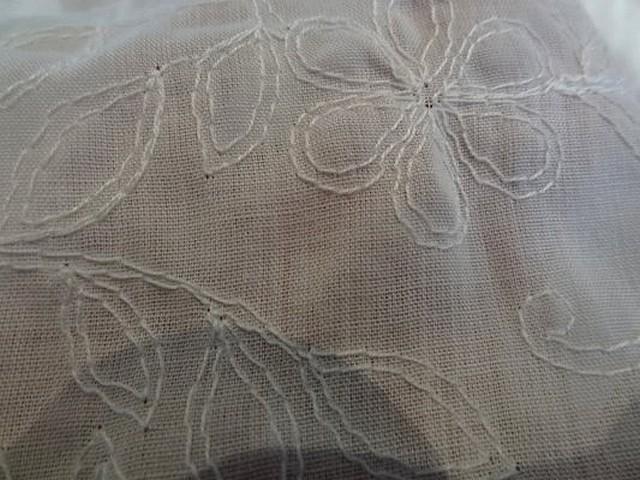Coton blanc fin brode de fleurs 3