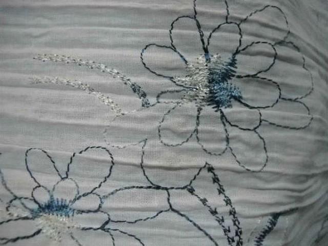 Coton blanc plisse brode de fleurs bleues 1