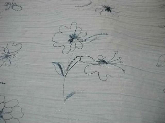 Coton blanc plisse brode de fleurs bleues 2