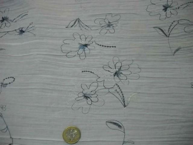 Coton blanc plisse brode de fleurs bleues 4