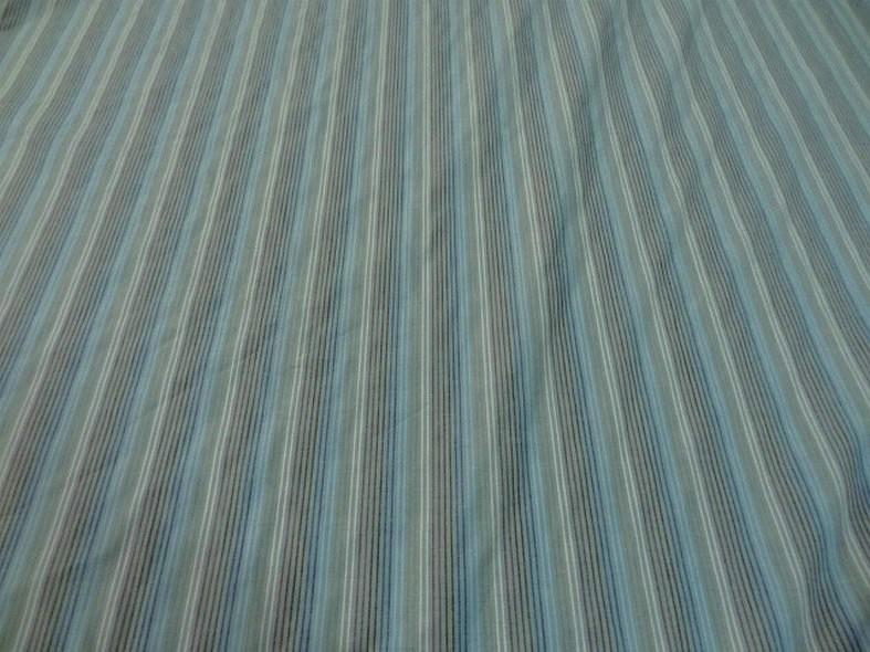 Coton fond gris bleute a fines rayures 1