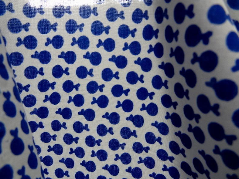 Coton melange blanc casse motif mini pommes bleu outremer 4