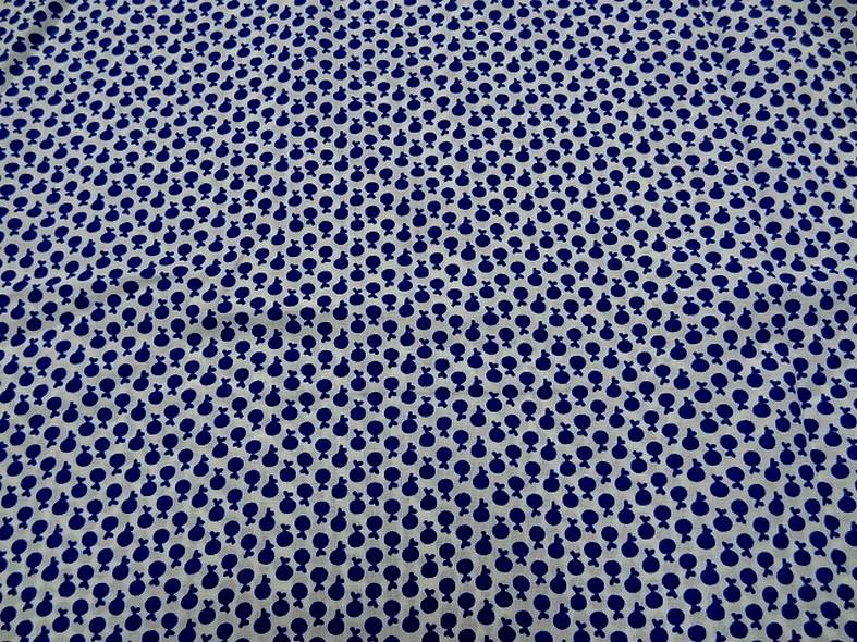 Coton melange blanc casse motif mini pommes bleu outremer 5