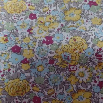 Coton popeline blanche imprime style liberty fleurs bleu gris bordeaux et jaune