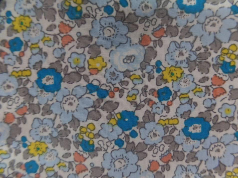 tissu coton popeline blanche imprimé style liberty fleurs bleu ,gris et jaune