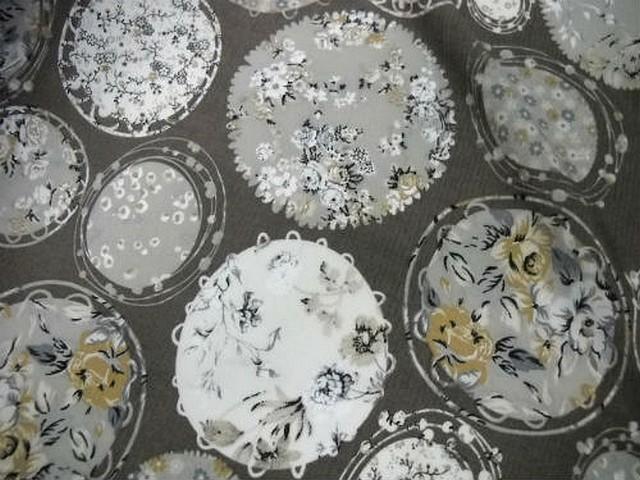 Coton taupe motif pois fleuri liberty 2