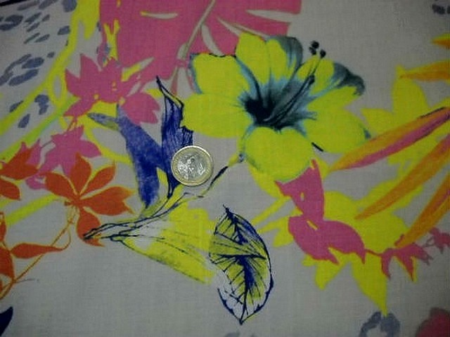 Coton viscose motif hibiscus fluo 2