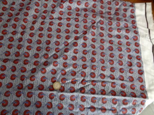 Cotonnade fond blanc motif africain rouge et bleu 01