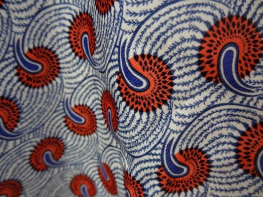 Cotonnade fond blanc motif africain rouge et bleu 04