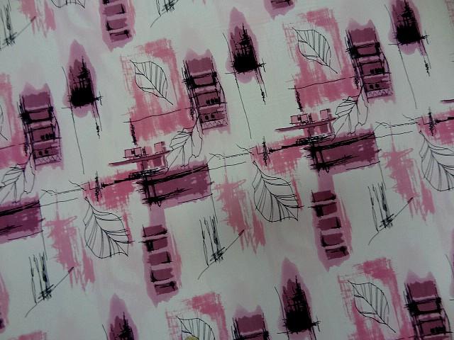 Crepe blanc motifs feuillage toitures rose 2