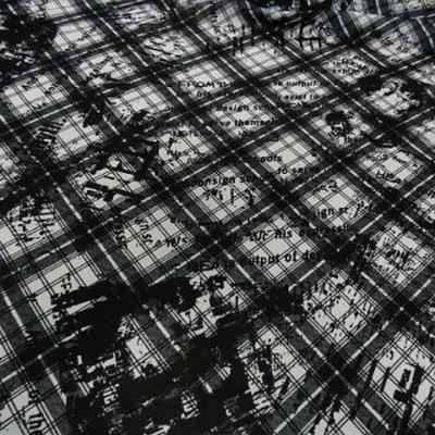 Crepe polyester carreaux tartan et graffiti noir blanc 2