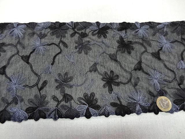 Dentelle de gaze noire brodee fleur lavande 2