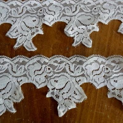 Dentelle grappe de fleurs acrylique blanc casse 2