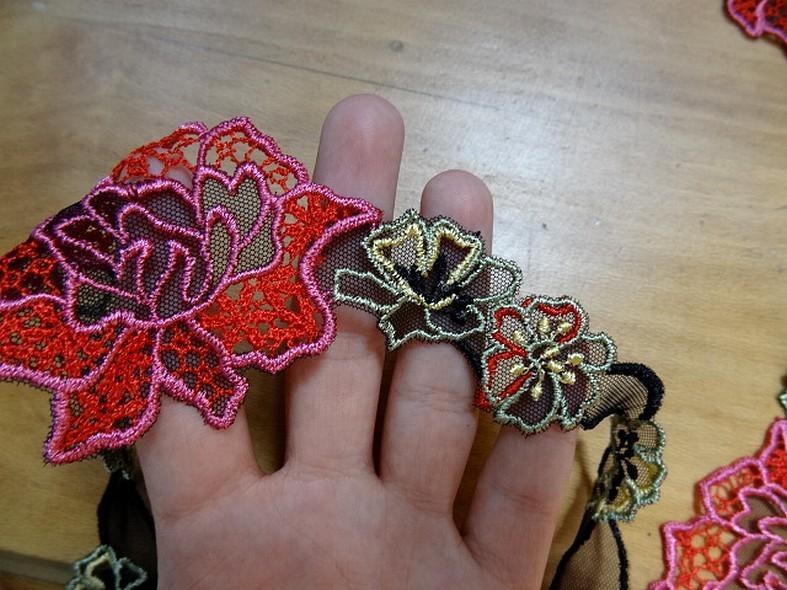 Dentelle guipure large fleurs colorees sur resille noire 1