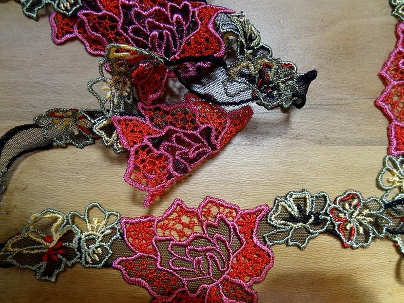 Dentelle guipure large fleurs colorees sur resille noire 2