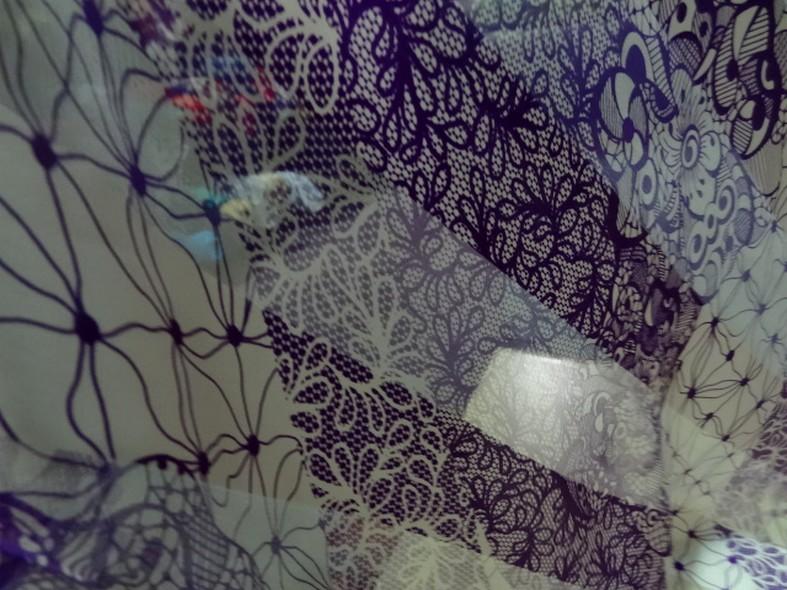 mousseline de soie semi-transparente fleurs vintage blanc et violet 01