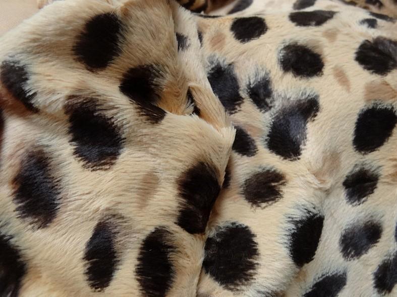 Fausse fourrure beige motif leopard 2