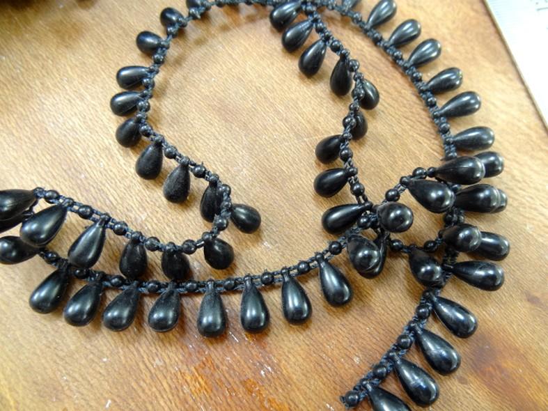 Fil de perles en goutte noir 1